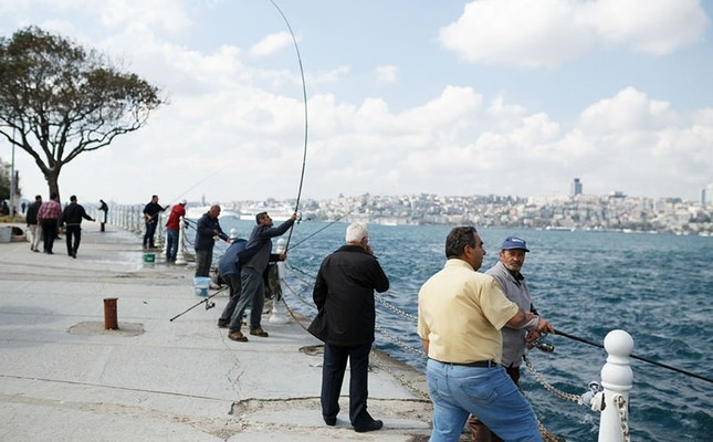 Amateur fishermen lined up by the Bosporus. (File Photo)