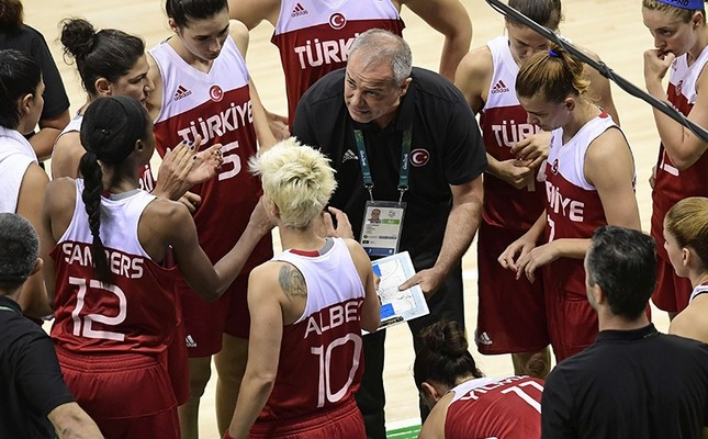 Turkey's head coach Ekrem Memnun (C) speaks to his players during a Women's round Group A basketball match between Australia and Turkey at the Youth Arena in Rio de Janeiro on August 7, 2016 during the Rio 2016 Olympic Games. (AFP Photo)