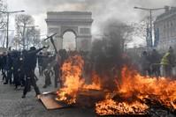 من مشاهد العنف في جادة الشانزليزيه (الفرنسية)