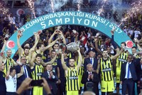 Fenerbahçe Doğuş lifted the Turkish President's Cup in men's basketball on Wednesdayafter beating the reigning champions Banvit 75-64.