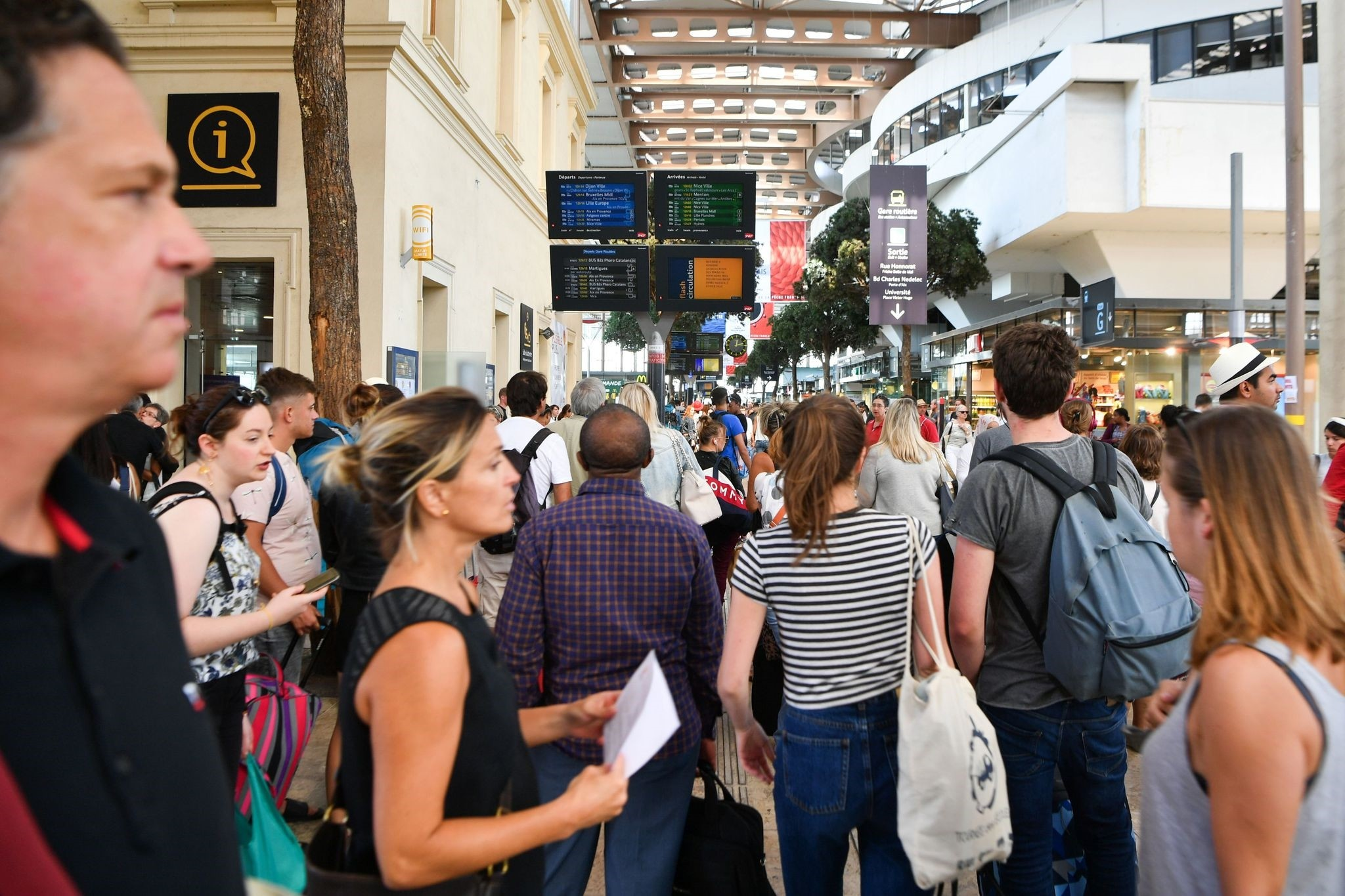 Passengers look at information monitors as they wait for their trains at The Saint-Charles Station in Marseille on August 20, 2017. (AFP Photo)