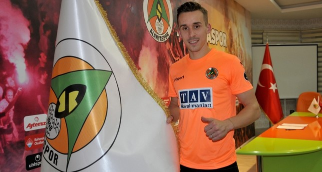 Van carrying Alanyaspor footballers overturns, killing forward Sural, injuring 6 others