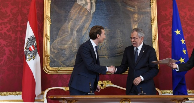 Then Foreign Minister Sebastian Kurz (L) and Austrian President Alexander Van der Bellen shake hands after signing documents as Austria's outgoing government formally tender their resignations in Vienna, Austria, Oct. 17, 2017. (AFP Photo)