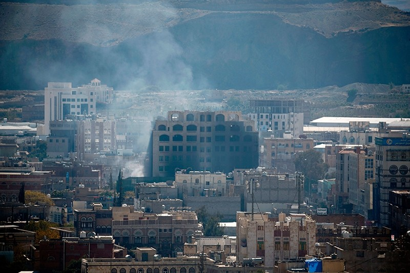 Smoke billows behind a building during clashes between Houthi rebels and supporters of Yemeni ex-president Ali Abdullah Saleh in Sanaa, Yemen, Dec. 3, 2017. (AFP Photo)