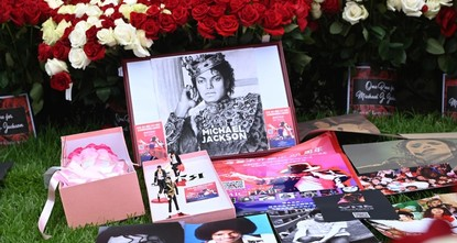 Fans pay tribute to Michael Jackson on 10th anniversary of his death