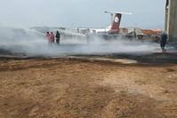 أرشيفية- رجال الإطفاء يحاولون السيطرة على حريق بمطار معتيقة الدولي عقب هجوم من قبل قوات حفتر وكالة الأنباء الفرنسية