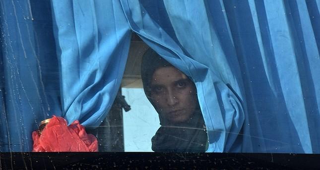 امرأة سورية ممن أخرجهم حزب الله مؤخراً من عرسال (الفرنسية)