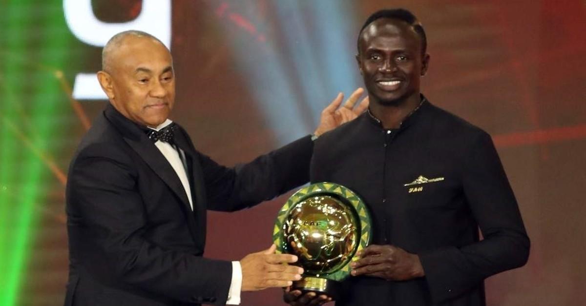 Liverpool and Senegal footballer Sadio Mane (R) receives his award from CAF President Ahmad Ahmad in Egypt, Jan. 7, 2020. (EPA Photo)