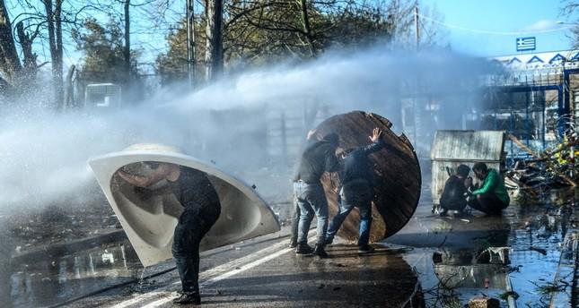 اليونان تستغل كورونا لترحيل طالبي اللجوء إلى تركيا قسرًا