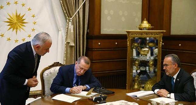 أردوغان أثناء استقباله رئيس جمعية الهلال الأحمر التركي كرم قنيق  الأناضول