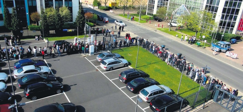 Turkish voters seen in Germanyu2019s Du00fcsseldorf formed long lines to vote at the ballot boxes over the weekend.