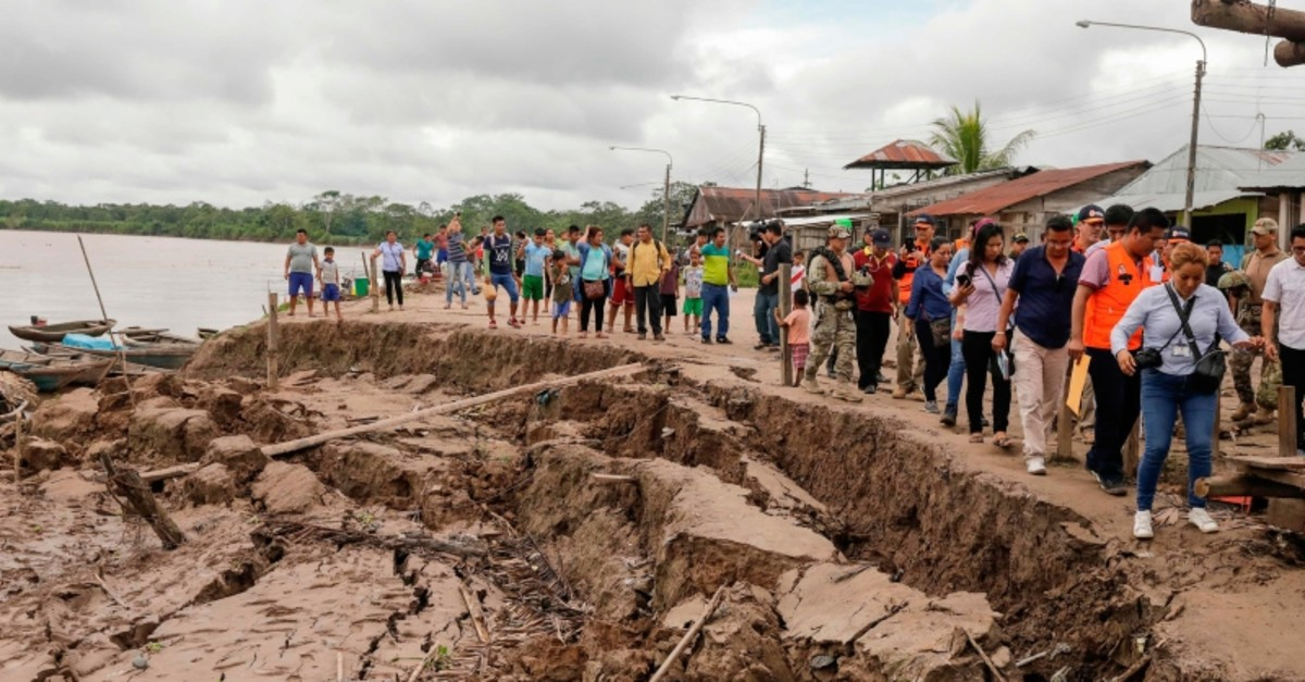 Government officials and media tour an area affected by a quake in Puerto Santa Gema, on the outskirts of Yurimaguas, in the Amazon region, Peru on May 26, 2019. (AFP Photo)