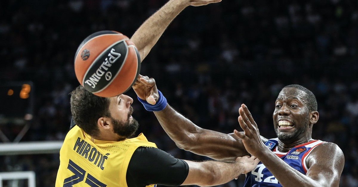 Bryant Dunston in action against Nikola Mirotic of Barcelona in the season opener, Istanbul, Oct. 4, 2019.
