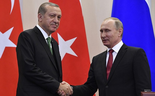Russian President Vladimir Putin (R) shakes hands with his Turkish counterpart Recep Tayyip Erdoğan after a joint press conference following their meeting at the Bocharov Ruchei state residence in Sochi on May 3, 2017. (AFP Photo)