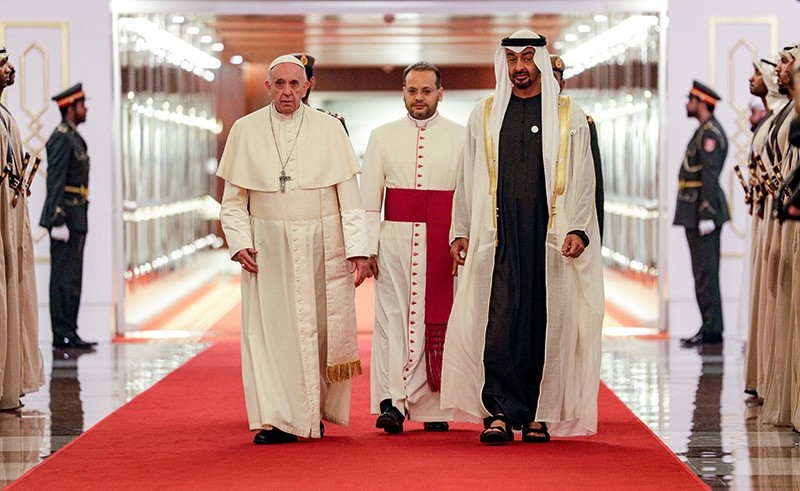 Pope Francis (C-L) is welcomed by Abu Dhabi's Crown Prince Sheikh Mohammed bin Zayed Al-Nahyan (C-R) upon his arrival at Abu Dhabi International Airport in the UAE capital on Feb. 3, 2019. (AFP Photo)