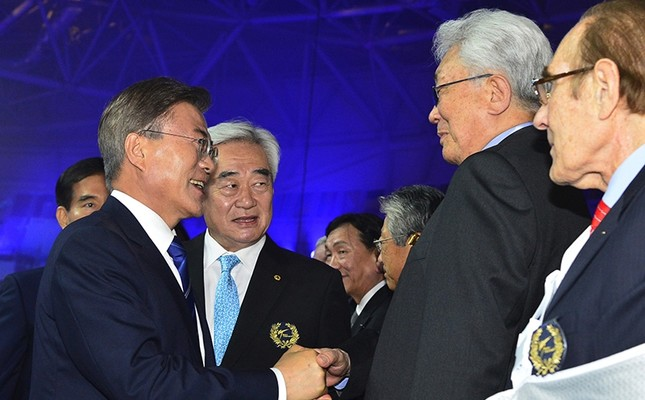 South Korea's President Moon Jae-in (L) shakes hands with a North Korean delegation led by IOC member Chang Ung during the opening ceremony of the World Taekwondo Championships in Muju, South Korea, June 24, 2017. (Kim Ju-hyoung/Yonhap via AP)