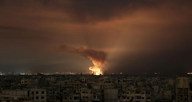 Nach einem Luftangriff des Assad-Regimes auf das belagerte Ostghouta im Februar 2018 steigen Rauchschwaden auf. (AFP Foto)