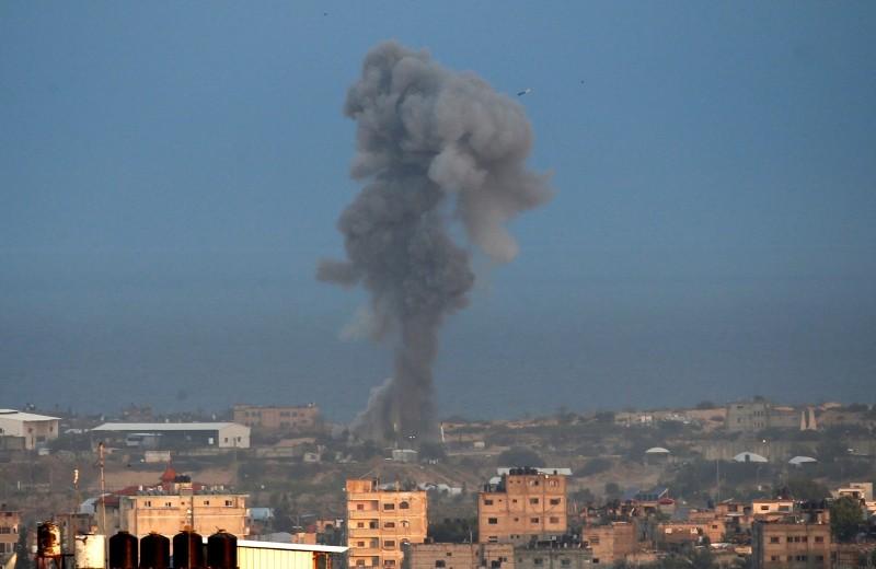 Smoke billows following an Israeli airstrike in the southern Gaza Strip city of Rafah,  Oct. 17, 2018. (AFP Photo)