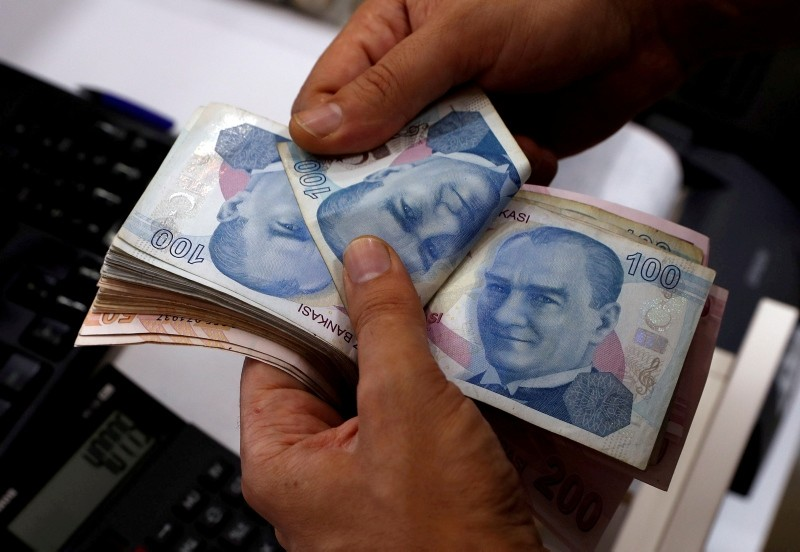 A money changer counts Turkish lira banknotes at a currency exchange office in Istanbul, Turkey August 2, 2018. (Reuters Photo)