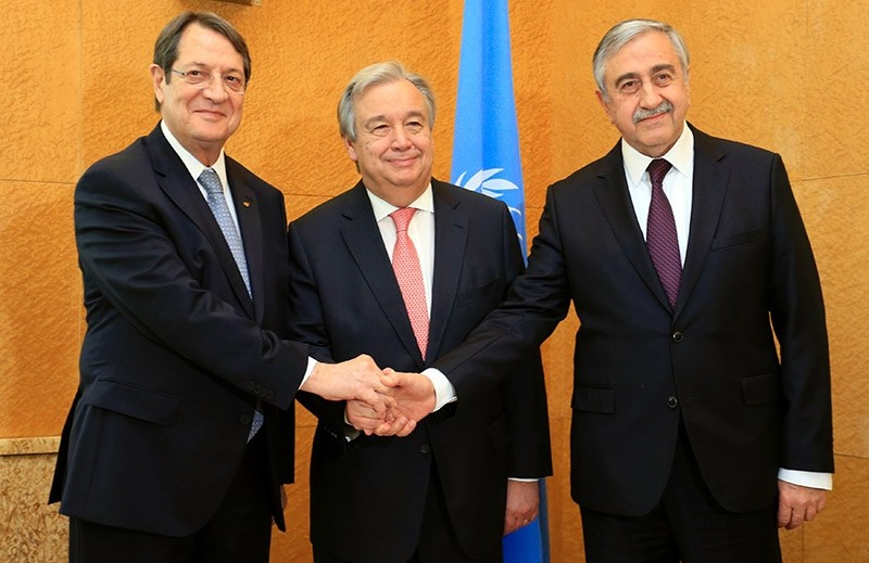 Cypriot President Nicos Anastasiades, UN Secretary General Antonio Guterres and Turkish Cypriot leader Mustafa Aku0131ncu0131 pose before a trilateral meeting at the European headquarters of the UN in Geneva on Jan 12, 2017. (AFP Photo)