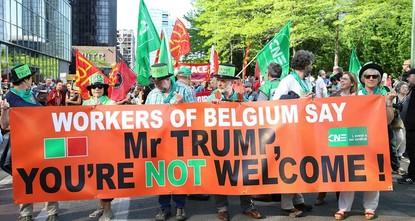 شهدت العاصمة البلجيكية بروكسل مظاهرة احتجاجية ضد الرئيس الأمريكي دونالد ترامب، تزامنًا مع قدوم الأخير إلى المدينة التي وصفها خلال حملاته الانتخابية بـ