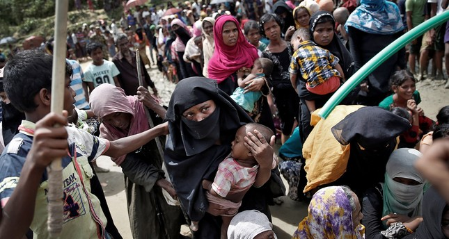 Rohingya refugees wait to receive aid in Cox's Bazar, Bangladesh, September 27, 2017. (REUTERS Photo)