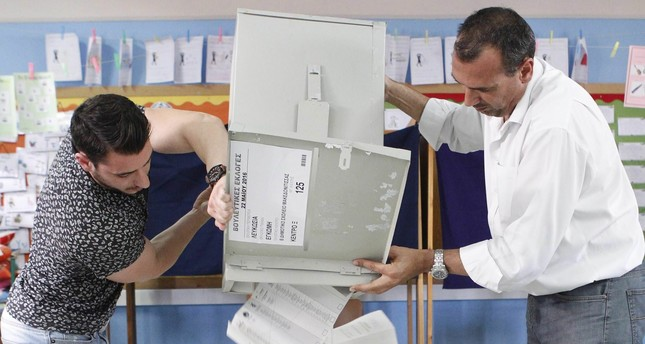 Election workers counting votes at a polling station in Nicosia, Cyprus, 22 May 2016. (EPA Photo)