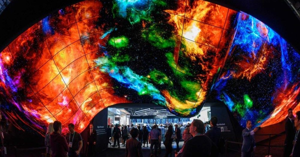 Attendees experience the LG OLED Wave made up of 200 55-inch LG OLED digital screens on the final day of CES in Las Vegas, Nevada, Jan. 10, 2020. (AFP Photo)