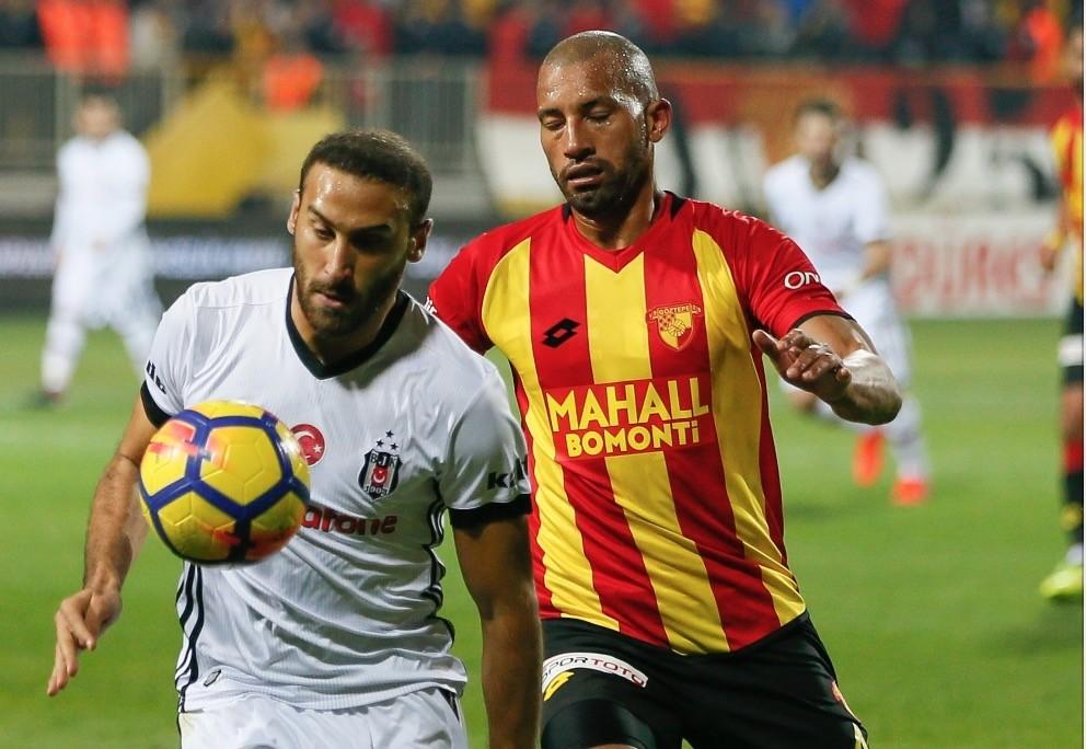 Beu015fiktau015f striker Cenk Tosun (L) and Gu00f6ztepe defender Ricardo Araujo vie for ball on Sunday in u0130zmir.