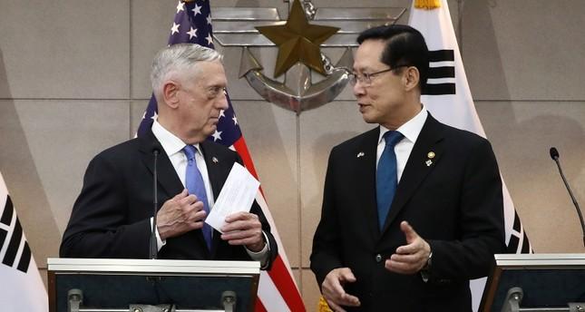 وزير الدفاع الأمريكي جيمس ماتيس يسار، وزير الدفاع الكوري الجنوبي سونغ يونغ مو يمين
