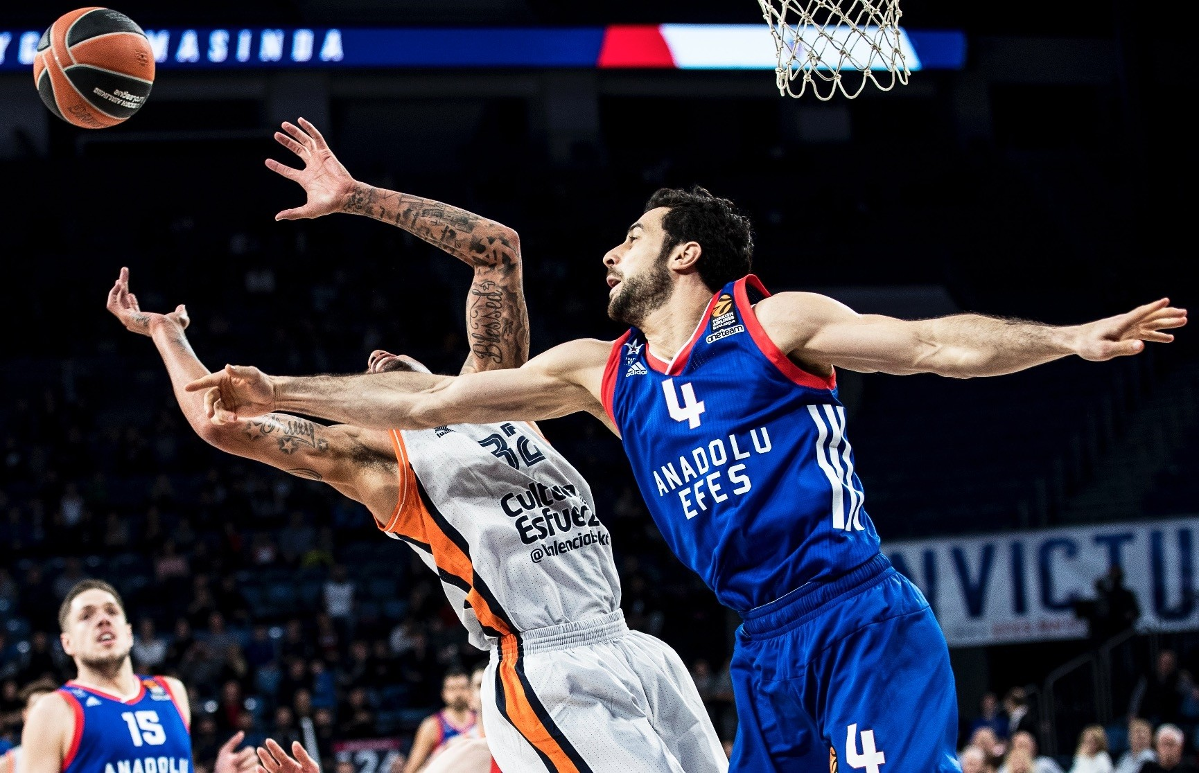 Valenciau2019s Erick Green (L) in action against Anadolu Efesu2019s Dou011fuu015f Balbay (R) during the Euroleague basketball game in the 21st round.