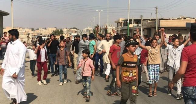 نازحو منبج يتظاهرون في جرابلس احتجاجا على دخول قوات النظام مدينتهم