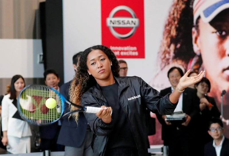 U.S. Open tennis champion Naomi Osaka hits a ball to Nissan Motor's Senior Vice President Asako Hoshino after a contract signing ceremony at Nissan's global headquarters in Yokohama, Japan, September 13, 2018. (REUTERS Photo)