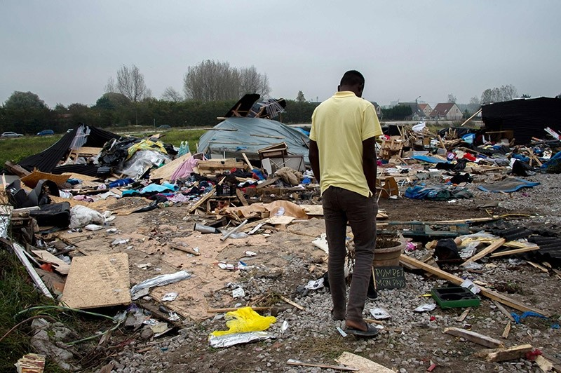 A migrant walks in the u201cJungleu201d migrant camp in Calais, northern France, on November 1, 2016. (AFP Photo)