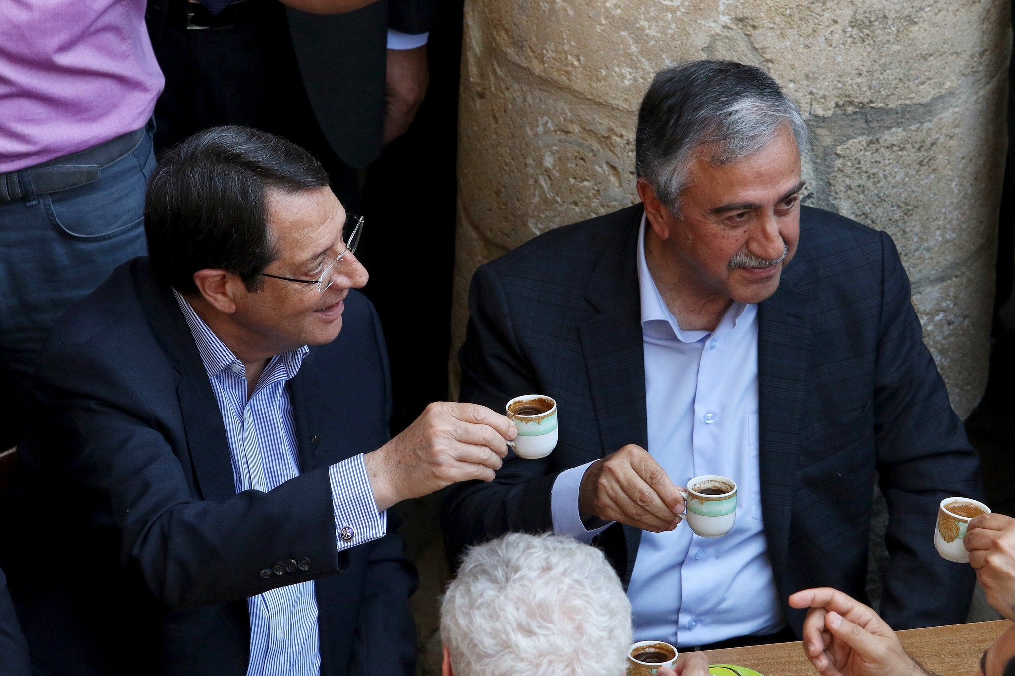Turkish Cypriot leader Mustafa Akinci (R) and Greek Cypriot leader, Cypriot President Nicos Anastasiades, drink coffee in old Nicosia May 23, 2015. (REUTERS Photo)