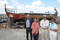 أعضاء في فريق بناء السفينة Kybele في إزمير الأناضول