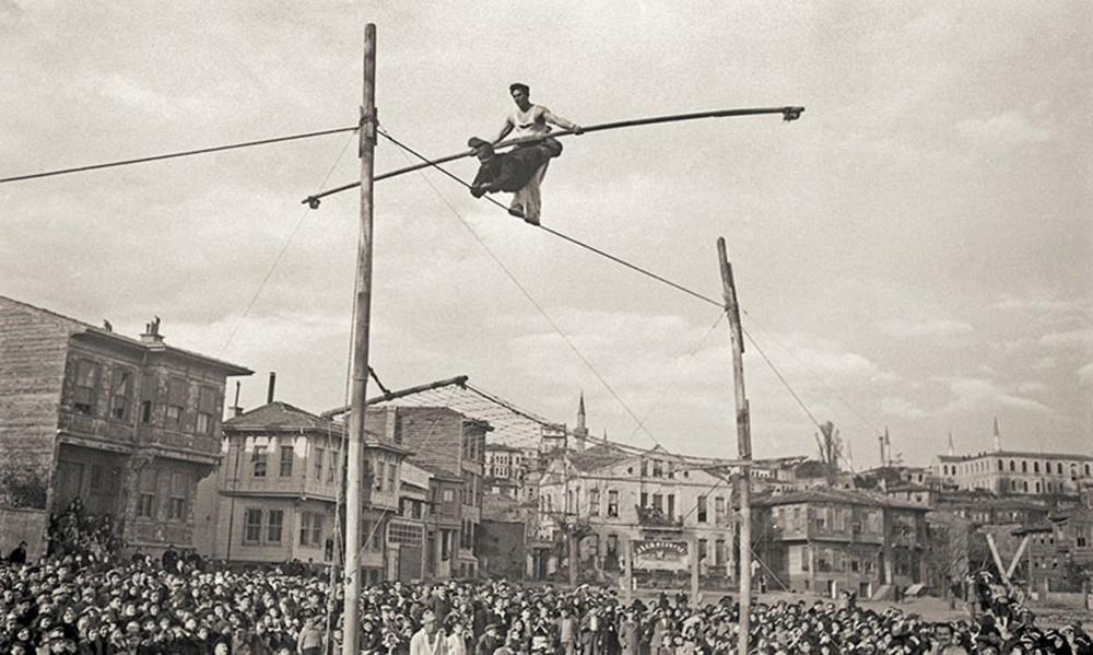 Two acrobats in Little Hagia Sophia neighborhood, Fatih, Istanbul, around 1930. Yapi Kredi Historical Archive.