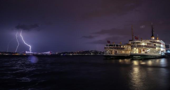إسطنبول تشهد عواصف رعدية وبرقية وهطول الأمطار مستمر