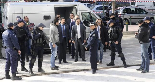 انقلابيون أتراك أثناء توجهم لقاعة المحكمة في أثينا لسماع قرارها حول منحهم حق اللجوء (أرشيفية)