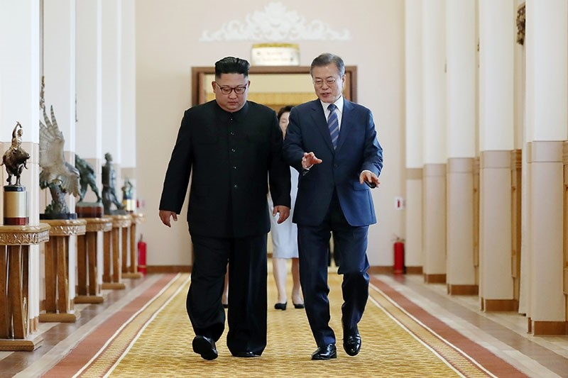South Korean President Moon Jae-in (R) and North Korean leader Kim Jong Un (L) walk together to a meeting room for their summit at Paekhwawon State Guesthouse in Pyongyang on Sept. 19, 2018. (AFP Photo)