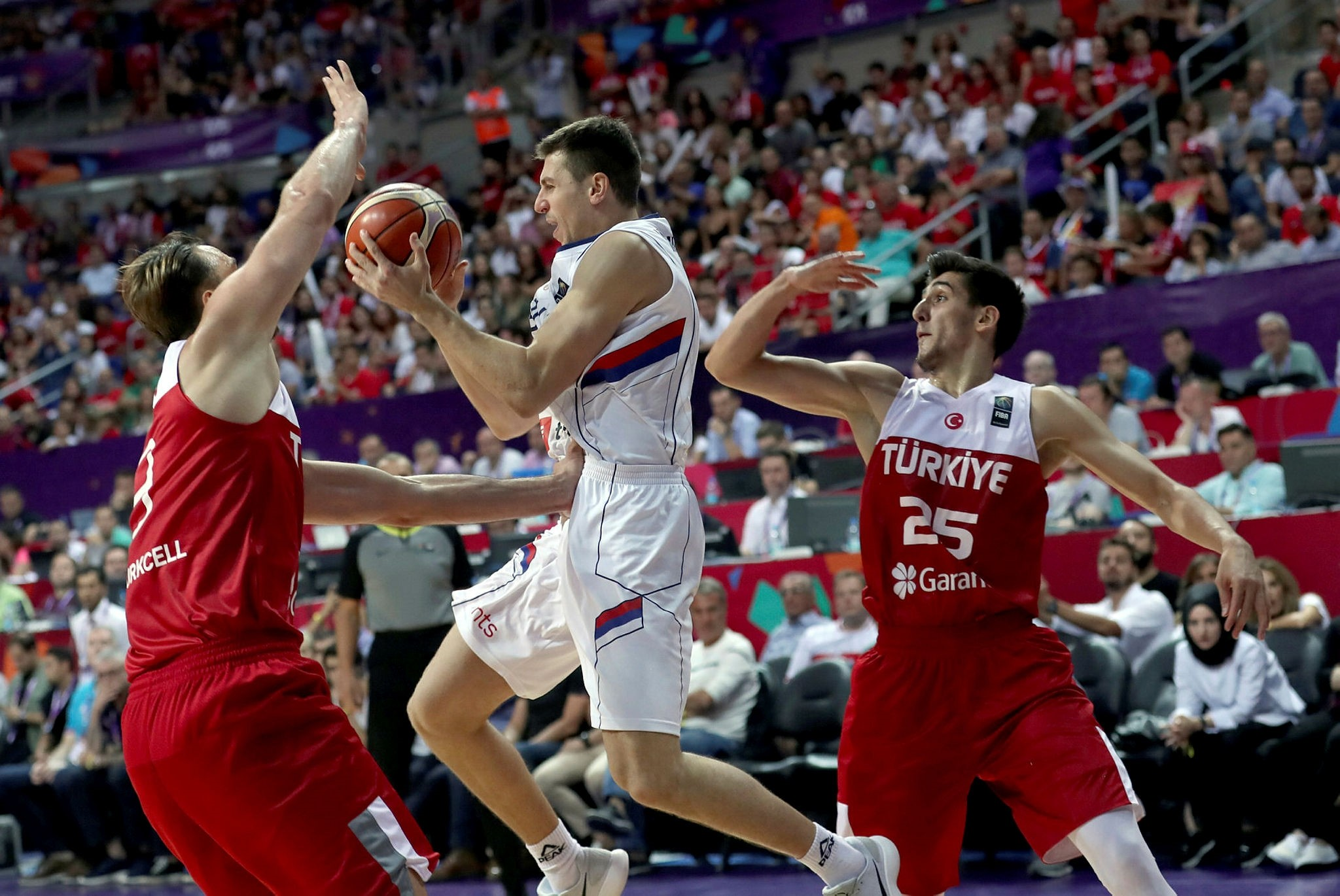 Serbia's Vladimir Lucic (C) in action against Turkey's Semih Erden (L) and Kenan Sipahi during the EuroBasket 2017 group D match between Turkey and Serbia, in Istanbul, Turkey 04 September 2017. (EPA Photo)