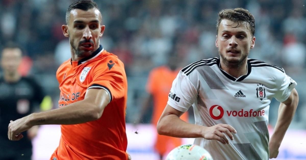 Bau015faku015fehir's Mehmet Topal (L) and Beu015fiktau015f's Adem Ljajic vie for the ball during a match in Istanbul, Oct. 15, 2019. (AA Photo)