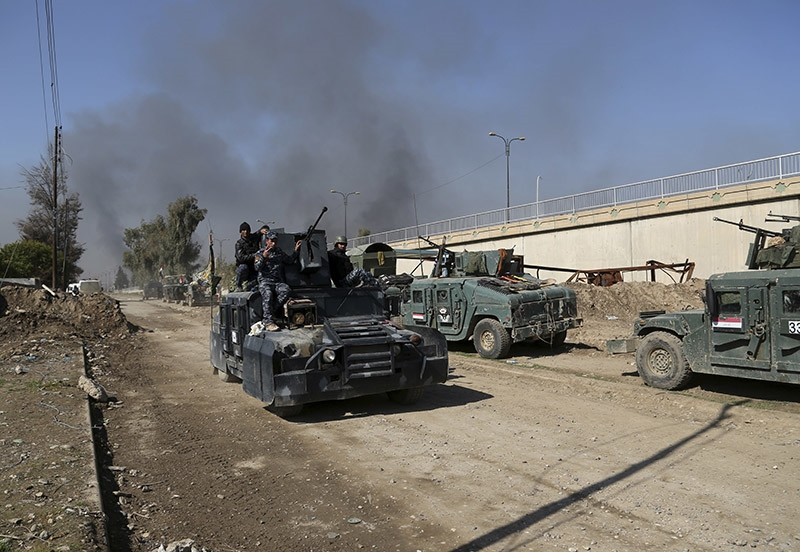 Iraqi security forces advance during fighting against Daesh, in western Mosul, Iraq, Monday, March 6, 2017. (AP Photo)