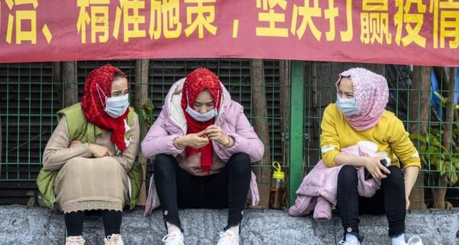 Uygur kadınları, COVID-19, Guangzhou, Çin, 12 Şubat 2020'nin korunması için koruyucu maskeler giyen ana tren istasyonunda bekliyor. EPA Photo