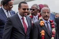 وزير الخارجية الإريتري عثمان صالح محمد (إلى اليمين) يسير مع رئيس وزراء إثيوبيا أبي أحمد (الثاني من اليسار) ووزير خارجية أثيوبيا (يسار)(الفرنسية)