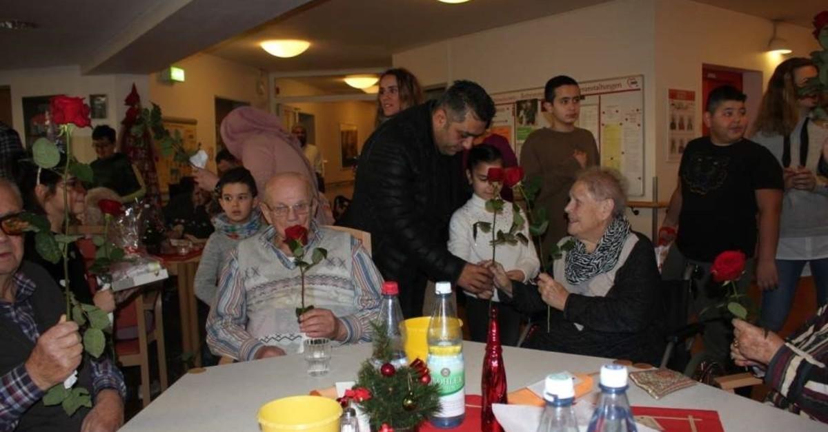 Turkish students in Germany's Leverkusen paid a Christmas visit to Rheindorf AWO Nursing Home. (AA Photo)