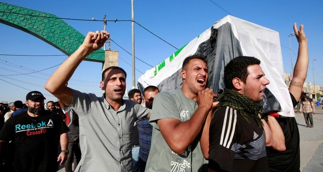Iraqi men carry the coffin of a demonstrator, who was killed during anti-government protests, at a funeral in Najaf, Iraq October 5, 2019 (Reuters Photo)