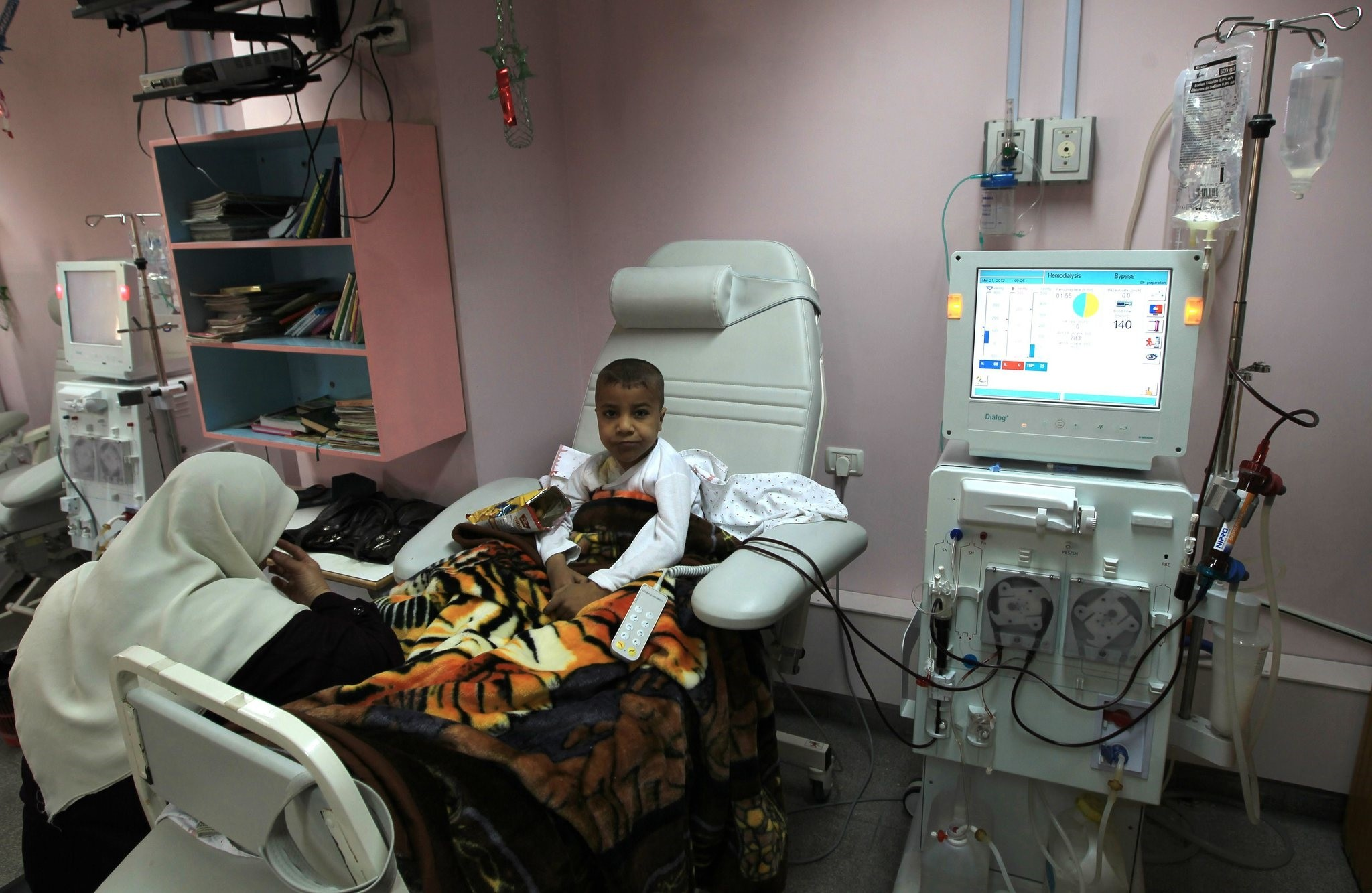 A Palestinian boy receives kidney dialysis at a hospital in Gaza City on March 21, 2012. (AFP Photo)