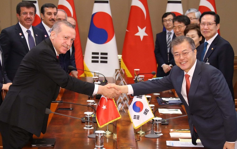 South Korean President Moon Jae-in (R) shakes hands with Turkish President Recep Tayyip Erdou011fan (L) during their expanded summit meeting in Seoul, South Korea, yesterday.