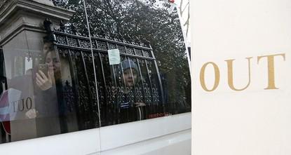 pРоссийские дипломаты, высланные Великобританией в связи с отравлением бывшего двойного агента Сергея Скрипаля, покинули Лондон./p  pПо словам фотографа Рейтер, три автобуса с дипломатическими...
